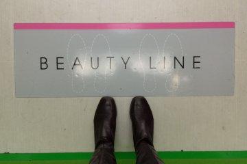 <p>Лучше всего стоять на &quot;линии красоты&quot; (Beauty Line)</p>