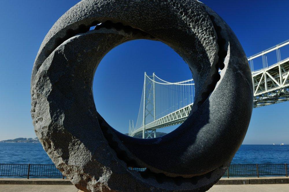 石造モニュメントの夢レンズ 円空から未来の発展を展望している