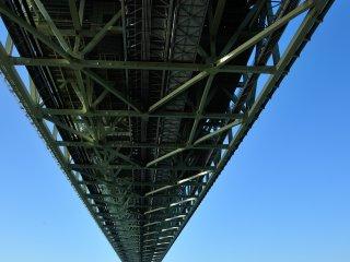 明石海峡大橋の下から見上げる