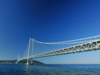 抜けるような青空と海にこの鉄骨の巨大な吊り橋は見事に調和している
