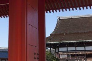 ภาพของพระตำหนักShishinden ที่มองลอดผ่านประตู Jomeimon Gate เป็นอีกมุมหนึ่งที่งดงามภายในพระราชวังเกียวโตชั้นใน
