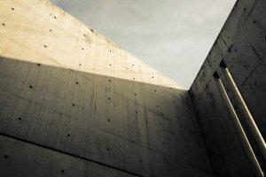 เอกลักษณ์ของสถาปัตยกรรมที่ออกแบบโดยทาดาโอะ อันโด ก็คือมิติแห่งแสงและเงาที่ฉาบลงมาบนตัวอาคารได้อย่างมีศิลปะน่าหลงใหลแต่ต่างกันไปในแต่ละเวลา