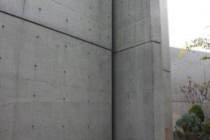 อีกมุมของผนังคอนกรีตที่ตัดโผล่ออกมายังนอกตัวตึก