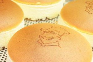 นี่แหละโฉมหน้าของชีสเค้กคุณลุง Rikuro Ojisan Cheesecake ร้อนๆ ที่พร้อมเสิร์ฟความอร่อยให้เราแล้วล่ะ