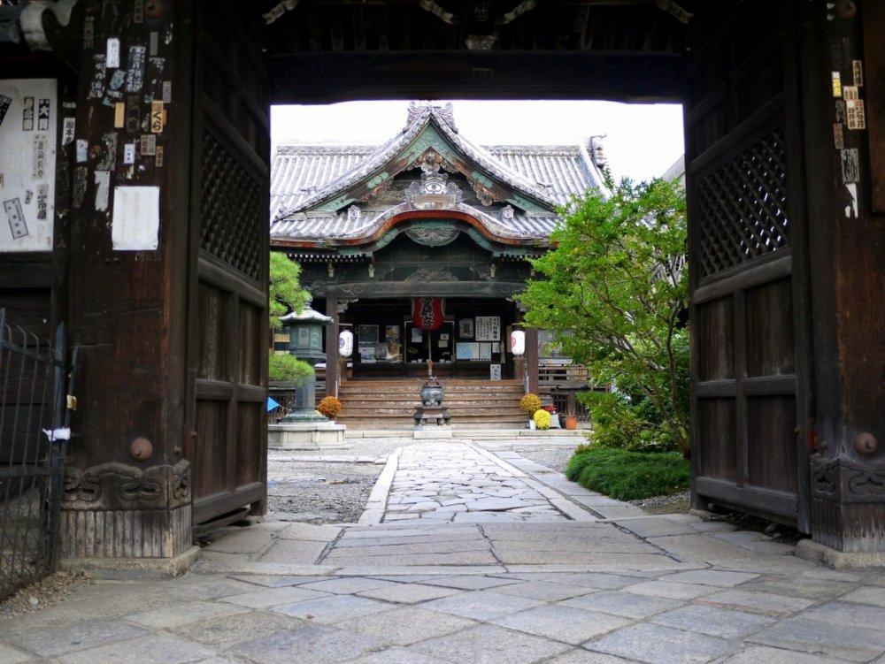 Hình ảnh sảnh chính của Gyoganji với khung nền là cánh cổng