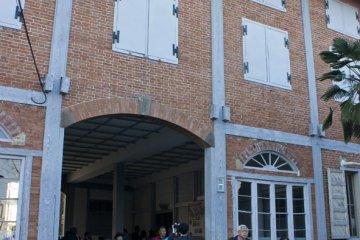 <p>ทางเข้าของโรงงานผ้าไหมโทมิโอกะ (Tomioka Silk Mill) ซึ่งเป็นตึกเก่าแก่ที่งดงามทีเดียว</p>