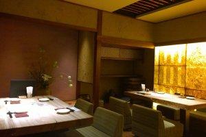 อีกมุมหนึ่งของร้านซึ่งเป็นห้องหรูหราตกแต่งในสไตล์ญี่ปุ่นอย่างคลาสสิกสวยงาม
