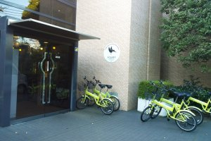 ด้านหน้าOAKHOUSE : HIGAKO SPORTS (TOKYO) ซึ่งสะอาดสะอ้านสวยงาม พร้อมมีจักรยานที่บริการให้ผู้พักเช่าขี่