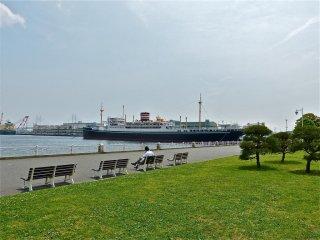 และจากม้านั่งไปทางซ้ายมือคือ เรือเดินสมุทธ Hikawa-maru