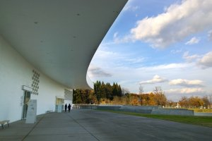 สถาปัตกรรมที่สวยงามนี้ออกแบบโดยJun Aoki สถาปนิกญี่ปุ่นอันเลื่องชื่อในระดับสากล