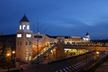 <p>&nbsp;Izumi Outlet and the shopping mall &quot;Tapio&quot; in twilight</p>