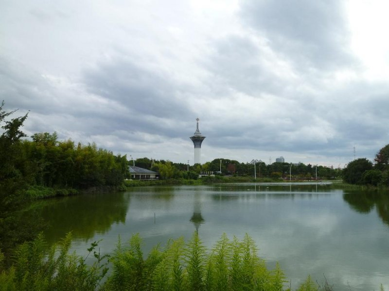 연못과 관측소 탑의 모습