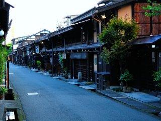 美麗的傳統房屋整齊地排列在街上