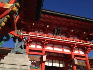 Лисы (китцуне) считаются посланниками, и их часто можно найти в храмах Инари