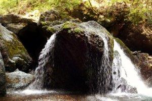 Водопад, стпрятанный в лесу, возле Хаякава