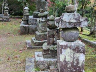 旧摂関家(せっかんけ)の「二条(にじょう)家」、「鷹司(たかつかさ)家」の墓廟が立ち並ぶ墓地