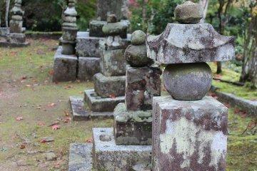 옛 섭관가의 '니죠 집', '타카츠카사 가'의 묘묘가 늘어선 묘지