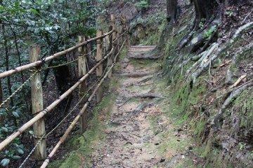 묘소 왼쪽에서 오구라 산의 비탈길을 100미터쯤 가면 시우정이다