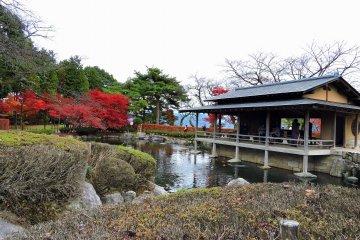 쿄요정원의 연못을 내려다보는 일본의 집