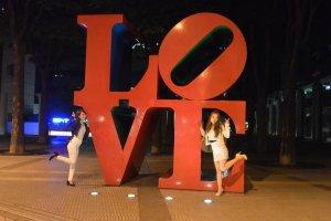 Remaja Jepang yang sedang pose di tulisan LOVE