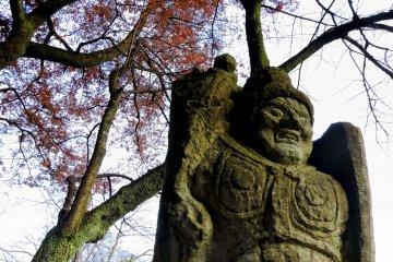니시야마 공원 기도길 옆에 서 있는 후도묘오 동상