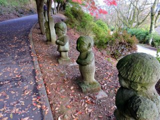 可愛い子供たちの石像