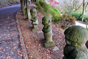 귀여운 아이들의 동상을 가까이서 보라