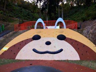 สนามเด็กเล่นหมีแพนด้าแดง