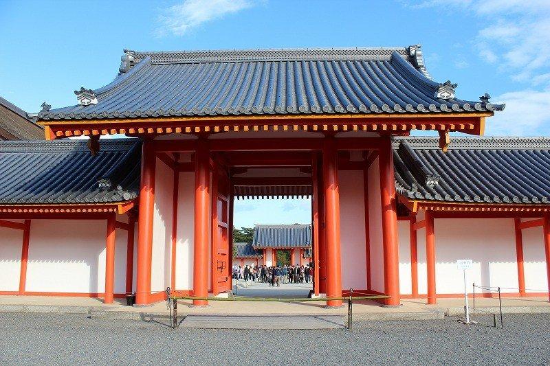 月華門。紫宸殿南庭の西の門である