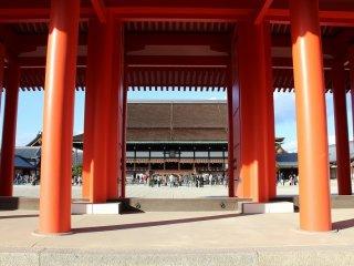 紫宸殿南庭の承明門。南側の門である