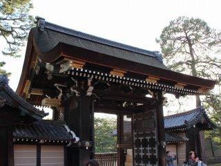 ひのき皮葺き、切妻屋根。現在も天皇皇后及び外国元首級のみが通ることのできる、最も格式の高い門とされ、御所一般参観時にも開門されることはないが、間近で見学することはできる