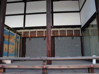 2つの格子の間の奥が弘徽殿(こきでん)の上の御局(みつぼね)である。左隅の障子が「荒海の障子」。「枕草子」にも書かれている