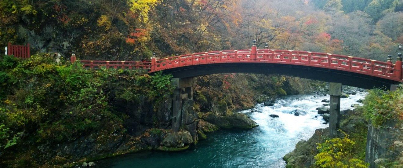 """สะพานชินเกียว (神橋 - Shinkyo Bridge) ที่ทอดข้ามแม่น้ำได้ยะนี้ถือเป็นส่วนหนึ่งของศาลเจ้าฟุตะระซาน (二荒山神社 – Futarasan Jinja)และเป็น 1 ใน 300 มรดกทางวัฒนธรรมที่ขึ้นทะเบียนในนาม """"หมู่ศาลเจ้าและวัดแห่งนิกโกะ (Shrines and Temples of Nikko)"""" ซึ่งได้รับการจดทะเบียนให้เป็นมรดกโลก UNESCO World Heritage Site นับตั้งแต่ปี ค.ศ.1999 เป็นต้นมา"""