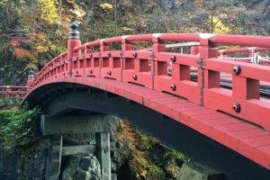สะพานชินเกียว (神橋 - Shinkyo Bridge) นี้ถือเป็นหนึ่งในสามของสะพานไม้โบราณที่งดงามที่สุดในญี่ปุ่น