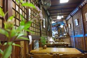 บรรยากาศภายในร้านIZUJU SHUSHI (いづ重) ที่อยู่ในตรอกเล็กๆ ตกแต่งแบบสไตล์ร้านญี่ปุ่นโบราณอย่างมีเสน่ห์