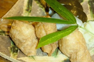 Inari Sushi นั้นเป็นชูชิที่ยังคงกรรมวิธีการทำอันเก่าแก่ดั้งเดิมไว้เช่นเคยด้วยการทอดฟองเต้าหู้ในน้ำมันร้อนๆ บนเตาถ่านเก่าแก่ดั้งเดิม ก่อนที่จะนำมาทำซูชิอร่อยๆ ด้วยการห่อข้าวผสมสูตรพิเศษอยุ่ภายใน