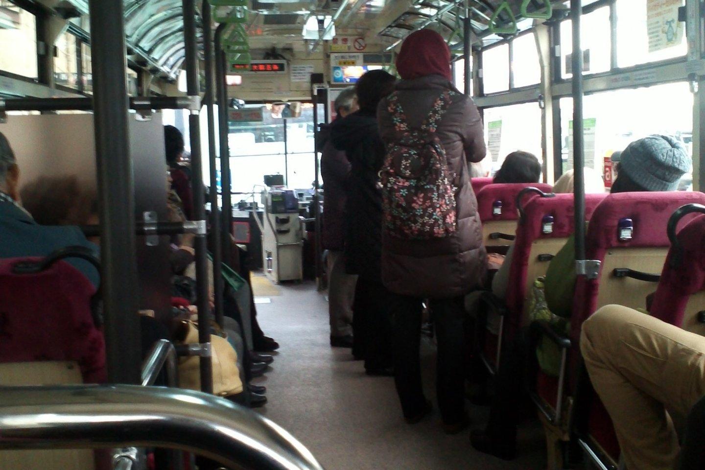 Suasana yang lengang di dalam bus kota di Kyoto