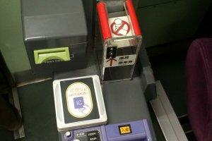 Mesin pembayaran yang ada di dekat supir: tempat validasi tiket, penukaran uang, dan memasukkan uang