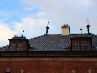 屋根は銅板葺きである