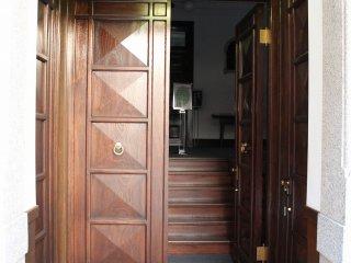 入り口の重厚な木製扉