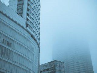 Minato Mirai num dia de nevoeiro e chuva