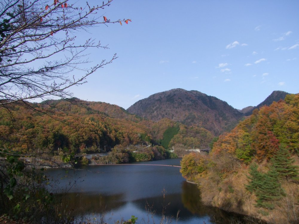 Arakawa Dam and Nosen Lake surrounded by autumnal colors
