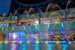 Warna-warni lampu yang menghiasi air mancur di kompleks ini benar-benar indah