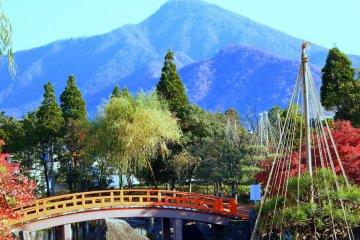 이 정원은 히노산의 '빌려온 풍경'을 배경으로 하고 있다