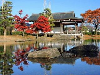 Shinden-zukuri style building beside the pond