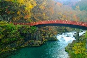 สะพานชินเกียว (神橋 - Shinkyo Bridge) อันโด่งดังซึ่งเป็นส่วนหนึ่งของศาลเจ้าฟุตะระซาน (Futarasan Shrine)