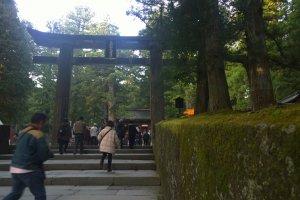 Ishidorii Gate > ประตูศาลเจ้าด่านแรกก่อนเข้าสู่อาณาเขตศาลเจ้าชั้น เป็นประตูโทริอิที่ทำจากหินอันแข็งแกร่ง อุทิศถวายโดยขุนนางชั้นสูง Kuroda Nagamasa แห่งแคว้น Kyushu Chikuzen (จ.ฟุกุโอกะ ในปัจจุบัน) สร้างขึ้นเมื่อปี ค.ศ.1618 โดยการลำเลียงหินมาทางเรือจากเกาะคิวชู (Kyushu) สู่เมืองโคยามะ (Koyama) ก่อนที่จะลำเลียงทางบกมาสู่นิกโกะอีกที