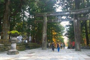 ประตู Ishidorii Gate ที่มองจากด้านใน ซึ่งประตูหินอันเก่าแก่นี้ยังได้รับการขึ้นทะเบียนให้เป็นทรัพย์สินทางวัฒนธรรมอันสำคัญ (Important Cultural Property) ของญี่ปุ่นอีกด้วย
