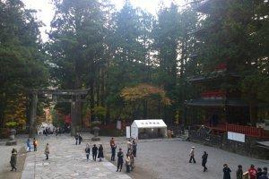 ลานกว้างบริเวณเจดีย์ห้าชั้นและประตูIshidorii Gate ก่อนที่จะเข้าสู่ศาลเจ้าชั้นใน