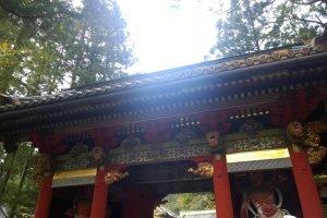 Omotemon > ประตูหน้าอันเป็นประตูศาลเจ้าแรกสำรับอาณาเขตศาสเจ้าชั้นใน